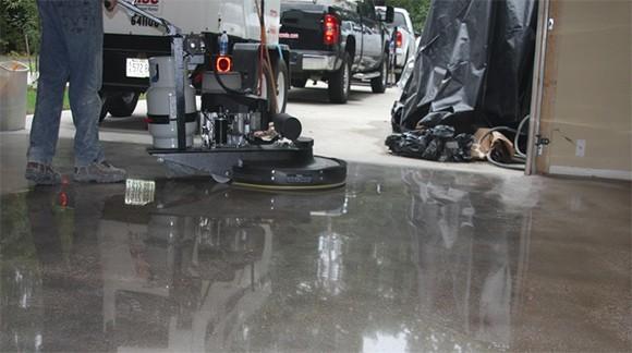 pulir un piso de hormign consiste en refinar la superficie del mismo eliminando la parte superior de pasta de cemento y exponiendo la subyacente el